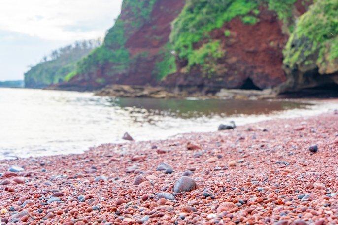 火山により作られた赤い砂浜 赤浜海岸-1
